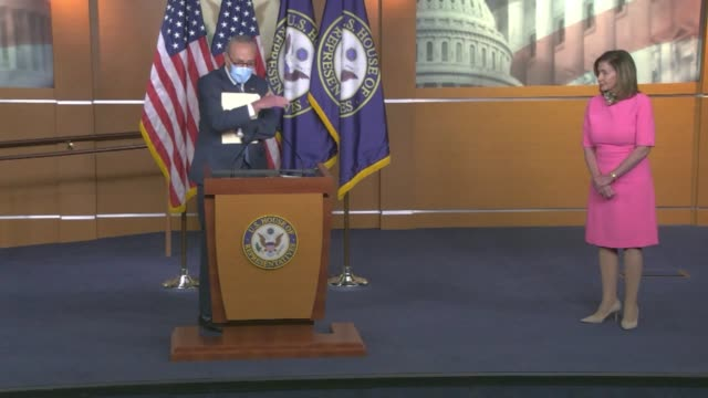 stockvideo's en b-roll-footage met senate minority leader chuck schumer responds to a question by a reporter about negotiations on a second comprehensive coronavirus relief package... - congreslid