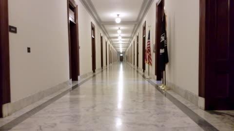 corridoio russell building del senato degli stati uniti a washington, dc - 4k / uhd - uomo politico video stock e b–roll