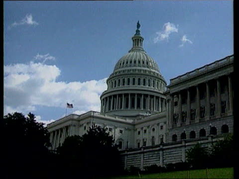 vidéos et rushes de senate votes for end to bosnia arms embargo; tx 18.4.94 itn lagv capitol building 