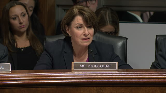 vídeos y material grabado en eventos de stock de senator amy klobuchar asks judge brett kavanaugh about his drinking habits during the senate hearing held on september 27, 2018 in washington d.c. - healthcare and medicine or illness or food and drink or fitness or exercise or wellbeing