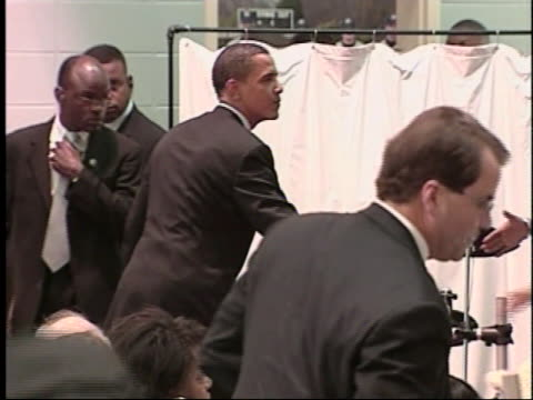 senator barack obama concludes a speech at the martin and coretta king beloved community unity breakfast in selma, alabama, greeting audience members... - 2007 bildbanksvideor och videomaterial från bakom kulisserna