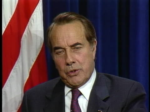 senator bob dole comments on the impending confrontation with iraq and the decision to go to war. - kritiker stock-videos und b-roll-filmmaterial
