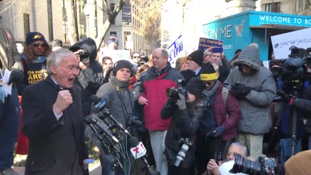 vídeos de stock e filmes b-roll de senator ed markey of massachusetts joins federal employees and concerned citizens in a protest against the government shutdown outside the... - cargo governamental