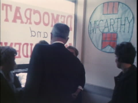 vidéos et rushes de senator eugene mccarthy opens his presidential campaign headquarters. there is an opening shot of eugene mccarthy standing by a doorway in his... - eugene j. mccarthy