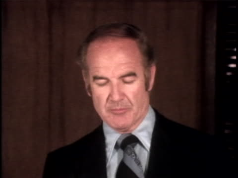 senator george mcgovern comments on the president and the watergate scandal. the watergate incident is a political scandal resulting from the... - リチャード・ニクソンの大統領辞任点の映像素材/bロール