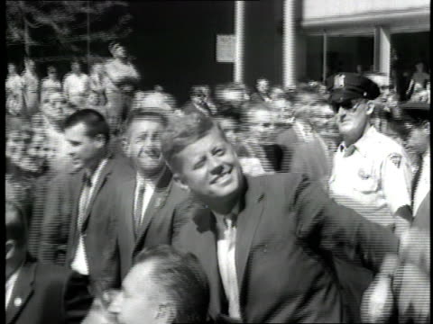 vídeos y material grabado en eventos de stock de us senator john f kennedy waves from a convertible during his us presidential campaign - senador