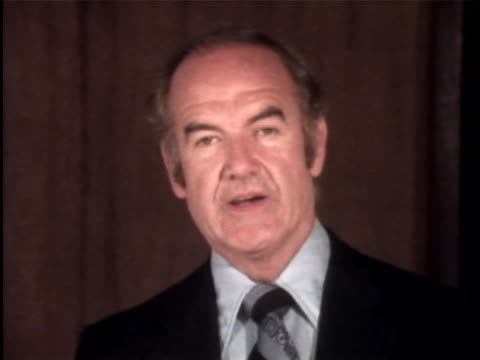 senator mcgovern charges the watergate scandal case for various counts. the watergate incident is a political scandal resulting from the break-in of... - リチャード・ニクソンの大統領辞任点の映像素材/bロール