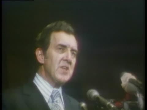 vidéos et rushes de senator muskie discusses ending the vietnam war during his 1972 presidential campaign. - la fin