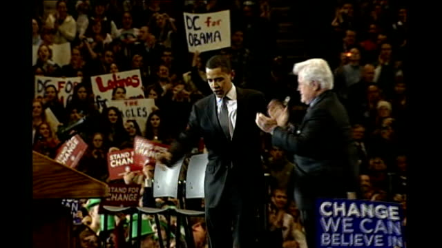 vídeos y material grabado en eventos de stock de senator ted kennedy shows support for barack obama barack obama and kennedy on stage at campaign rally joined by caroline kennedy and patrick kennedy... - caroline kennedy