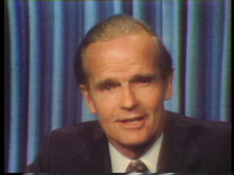 senator william proxmire says he is disturbed by a report that list 4 firms who continue to pay bribes abroad he intends to make sure paying bribes... - 1976年点の映像素材/bロール