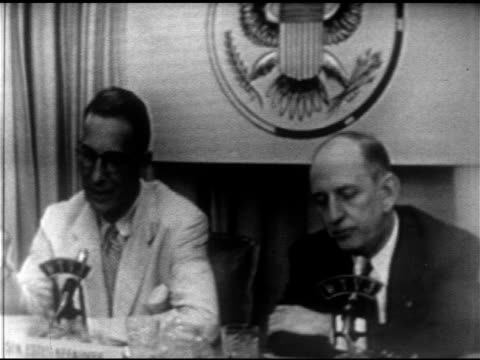 vídeos y material grabado en eventos de stock de senators estes kefauver richard b russell sitting side by side sot kefauver talking about maine writeins russell saying kefauver's been in more... - richard b. russell