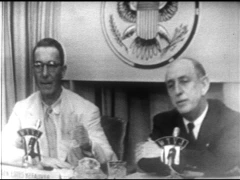 vídeos y material grabado en eventos de stock de senators estes kefauver richard b russell sitting side by side sot both talking about being democrat not going to leave party over socialist... - richard b. russell