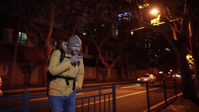 vídeos de stock, filmes e b-roll de envio de mensagem de voz da china - voz