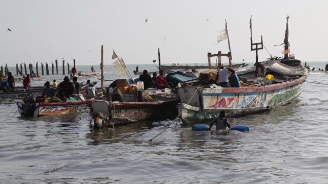 senegalese fishermen in mbour  - セネガル点の映像素材/bロール