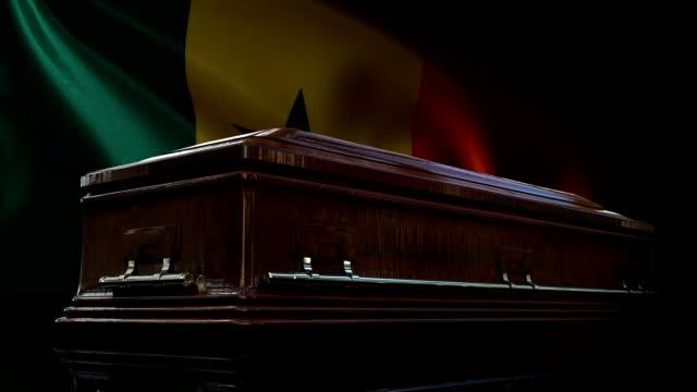 vídeos de stock e filmes b-roll de senegalese flag behind coffin - monumento