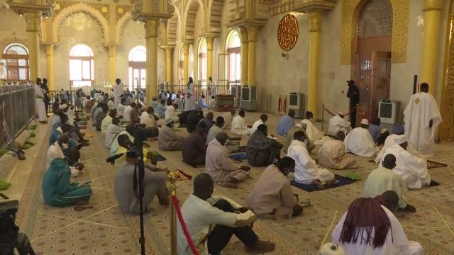 SEN: Senegal faithful attend Friday prayer despite pandemic