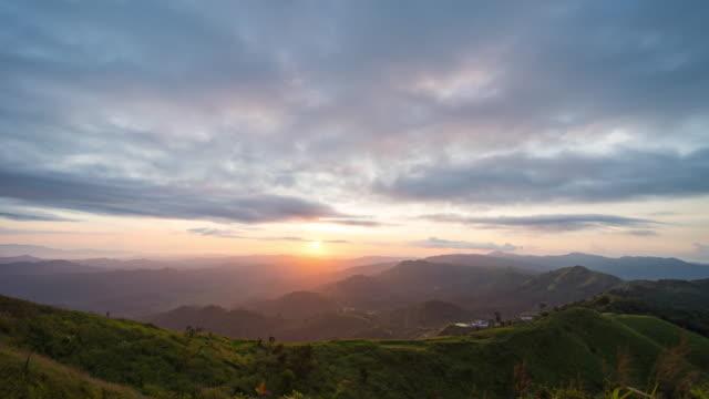 malerische blick auf sonnenuntergang über multi-layer silhouette berge, zeitraffer-video - anhöhe stock-videos und b-roll-filmmaterial