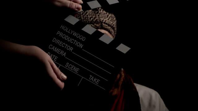 vídeos y material grabado en eventos de stock de actriz mayor tratando de recordar sus líneas - escenario cinematográfico