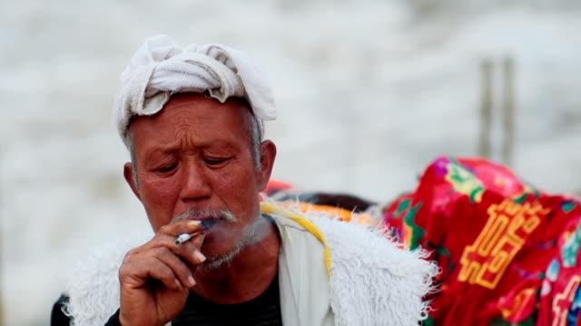 vídeos de stock, filmes e b-roll de senior adulto homem chinês na cachoeira de hukou - só um homem idoso