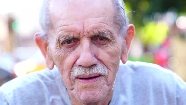 vídeos de stock, filmes e b-roll de retrato masculino adulto senior; ele tem 89 anos - homens idosos