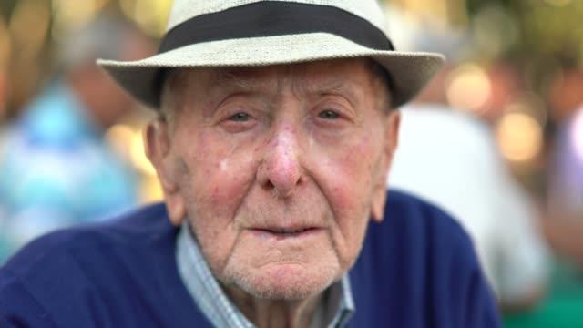 vídeos y material grabado en eventos de stock de retrato hombre adulto senior; tiene 91 años de edad - urbanización para jubilados