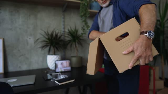 vidéos et rushes de senior adulte rearra\nger trucs dans son bureau à domicile. - seniornaute