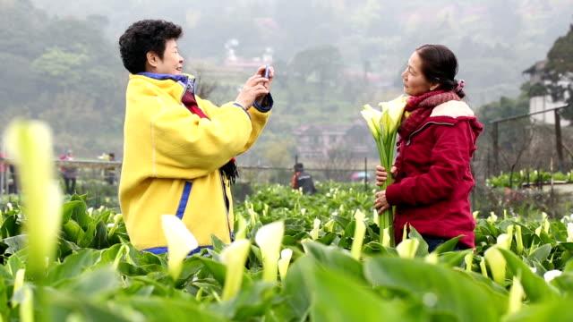 Alter Erwachsener mit Smartphone nehmen Foto