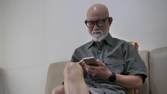 携帯電話を使用したシニアアダルト - senior men点の映像素材/bロール
