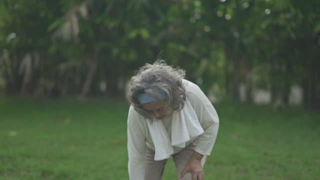 senior erwachsene zu fuß mit mobilität walker und knieschmerzen zu hause zeit quarantäne und soziale zersagung - menschliches knie stock-videos und b-roll-filmmaterial