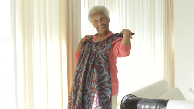 senior african american holding up dress - anpassen stock-videos und b-roll-filmmaterial