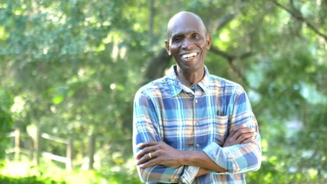 vidéos et rushes de les afro-américains senior homme debout à l'extérieur - cadrage à la taille