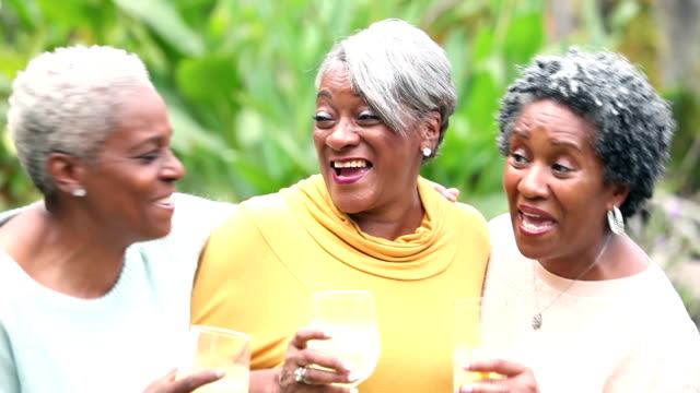 Senior-afroamerikanische Frau unterhalten, trinken
