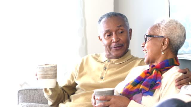 シニアアフリカ系アメリカ人カップル、コーヒーを飲みながら話す - 65 69歳点の映像素材/bロール