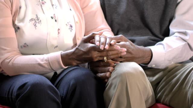 vídeos y material grabado en eventos de stock de pareja afroamericana senior cogidos de la mano - sección del medio