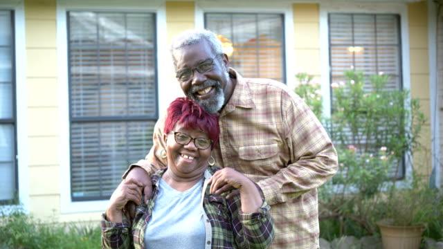 stockvideo's en b-roll-footage met hoger afrikaans-amerikaans paar dat voor huis koestert - 70 79 jaar