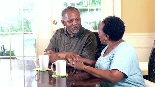 coppia afro-americana senior che parla, sta facendo un caffè - 60 69 anni video stock e b–roll
