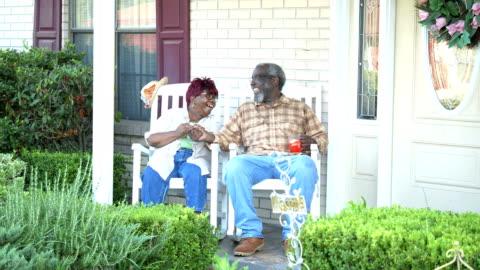 vídeos y material grabado en eventos de stock de pareja afroamericana mayor juntos en el porche delantero - tartán