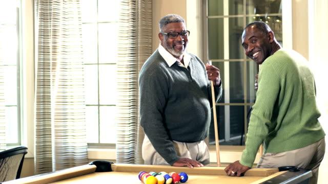 Senior afrikanisch-amerikanischer Mann und Freund von Billardtisch