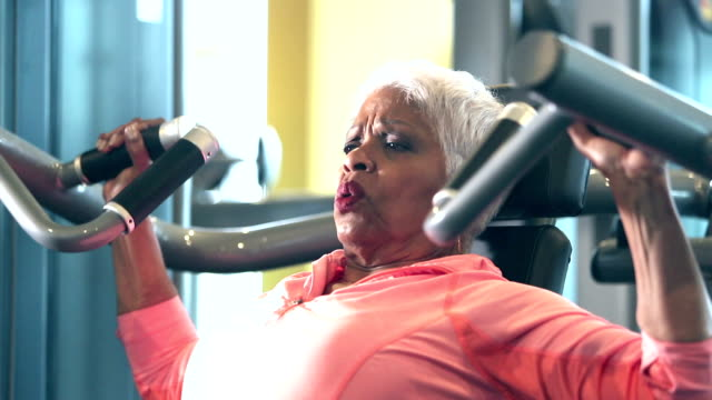 vídeos de stock e filmes b-roll de senior african-american woman at the gym - musculação com peso
