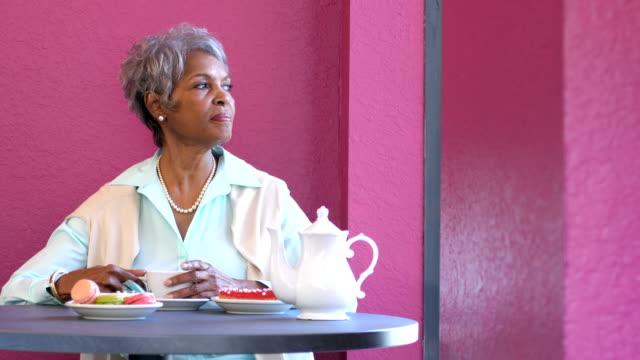 stockvideo's en b-roll-footage met senior afro-amerikaanse vrouw genieten van kopje koffie - 70 79 jaar