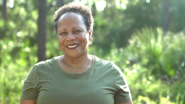 vídeos de stock e filmes b-roll de senior african-american woman in sunny park - 60 64 anos