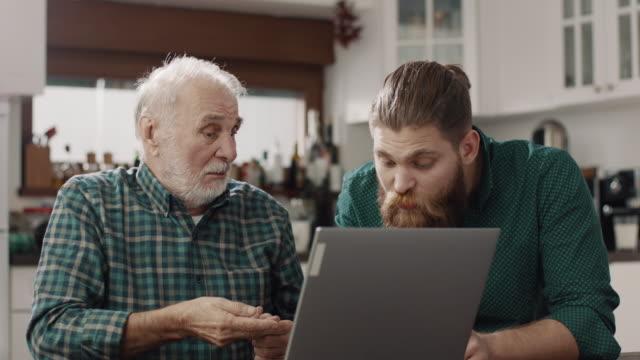 senioren und junge männer mit laptop - vollbart stock-videos und b-roll-filmmaterial