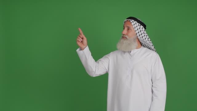 senior arabiska visar kopia utrymme på grön bakgrund - 50 59 years bildbanksvideor och videomaterial från bakom kulisserna