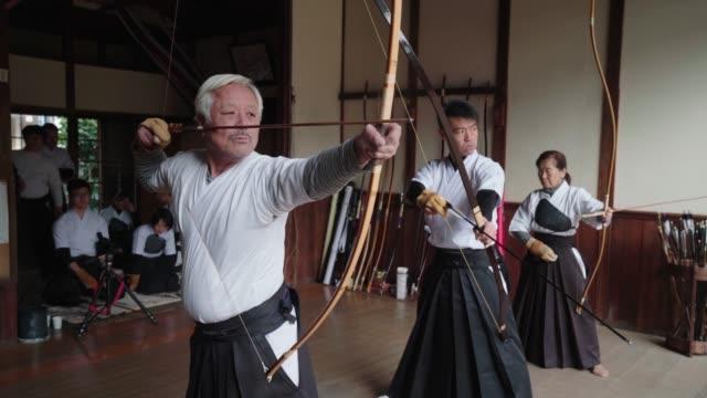 弓道の日本美術を実践する弓兵 - senior men点の映像素材/bロール