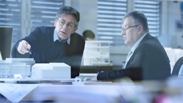 stockvideo's en b-roll-footage met ds senior architect beantwoording van de vraag van de beleggers over de bouwontwerp - model beroep