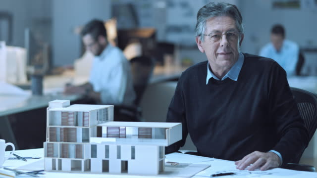 stockvideo's en b-roll-footage met ld senior architect portret door de architectonisch model - actieve ouderen