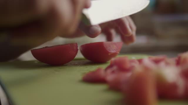 vídeos de stock e filmes b-roll de senior asian woman cutting vegetables. - fazer