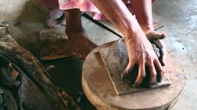 ältere asiatische frau hand zu einem traditionellen töpferwaren - keramiker stock-videos und b-roll-filmmaterial