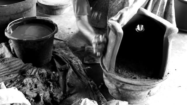 stockvideo's en b-roll-footage met senior asian woman hand making a traditional pottery - werkende bejaarden