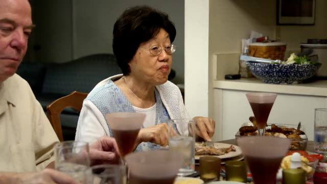 stockvideo's en b-roll-footage met senior asian woman talks while dining with friends - 70 79 jaar